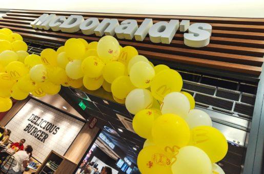 McDonald's ve svých98 pobočkách vČR zaměstnává na 5000 lidí, vloni u nás na tržbách překročil hranici pěti miliard korun a plánuje další růst! Míří i do menších měst…