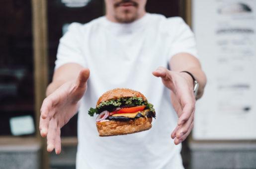 Už jste slyšeli o fast casual konceptech v gastronomii? Jestli máte rádi burgery, nahlédněte do kuchyně úspěšné franchisy Regal Burger, která hledá majitele nových poboček...